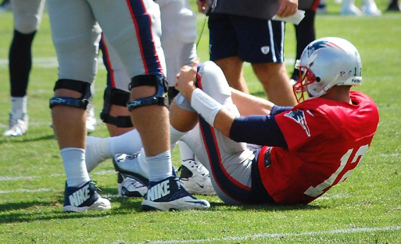 New Englad Patriots Tom Brady Injured His Left Knee In Game With Tampa Bay Buccaneers