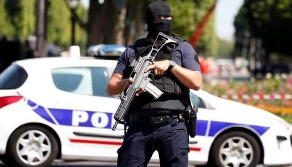 Car Rams Police Van On Champs Elysees Armed Suspect May Be Dead